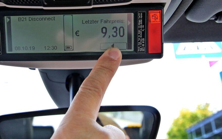 Fürs Taxi Bezahlen