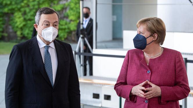 Bundeskanzlerin Angela Merkel (r, CDU) begrüßt Mario Draghi, Ministerpräsident von Italien, vor dem Bundeskanzleramt zu seinem Antrittsbesuch. Draghi ist seit Februar 2021 italienischer Ministerpräsident.